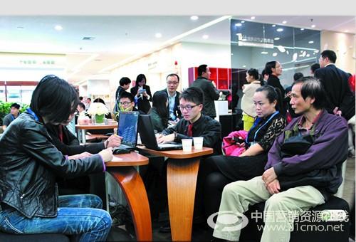 据欧阳熙介绍,在维意专卖店驻店的设计师至少要有10 个,有的专卖