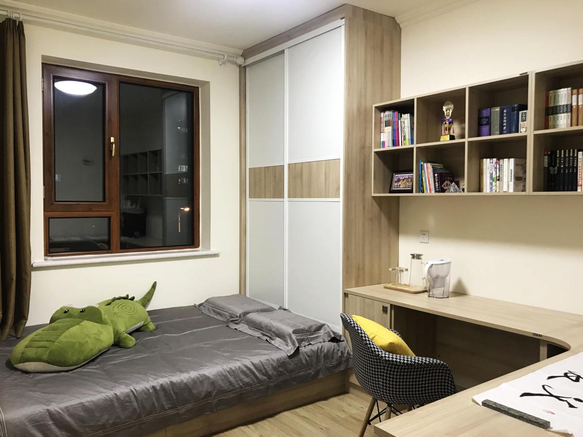 现代简约原木色卧室装修图片