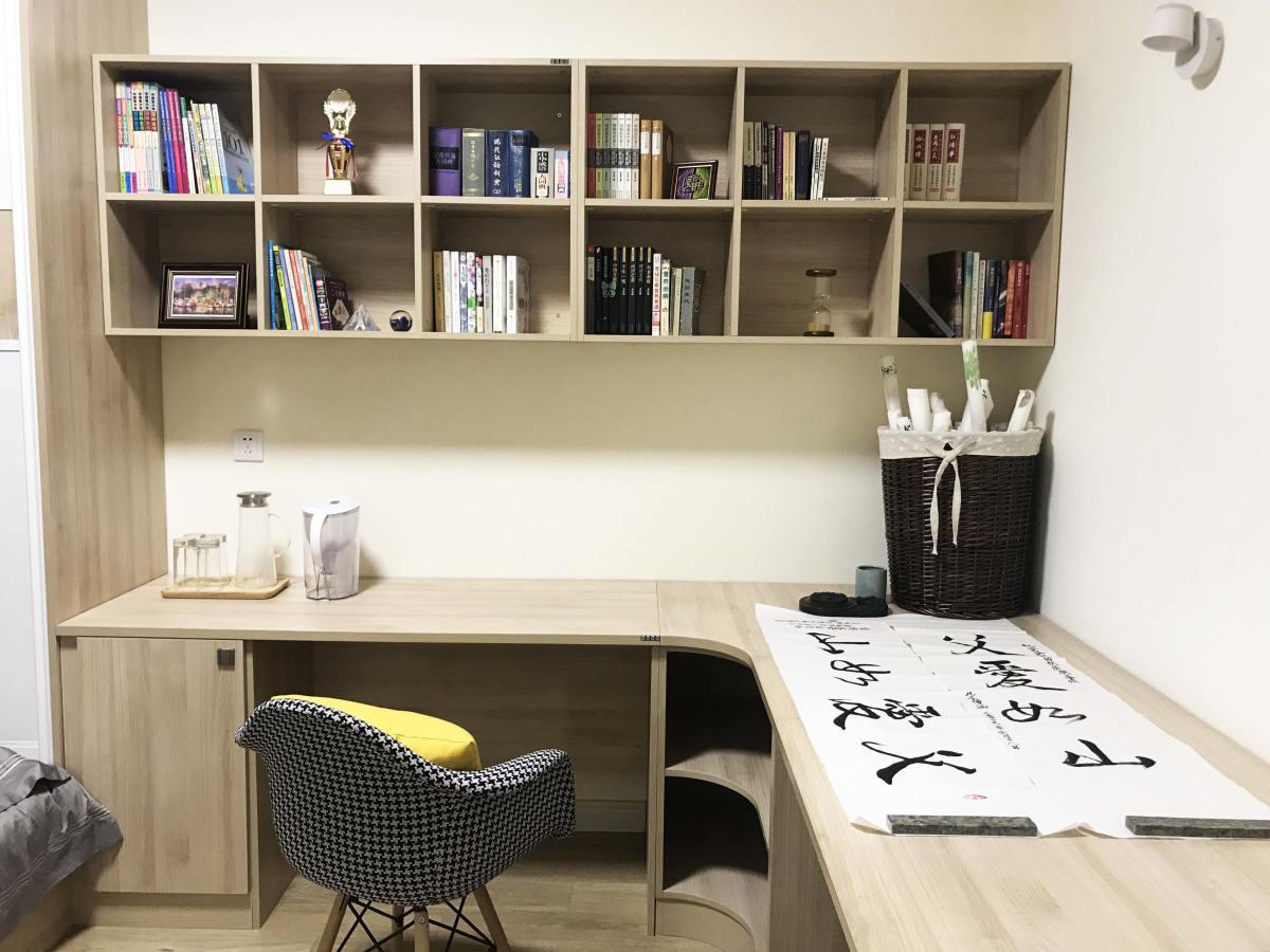 现代简约原木色书桌图片